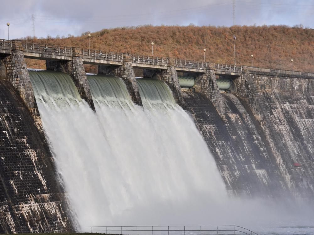 A drowning machine allows water to flow freely over the top of a dam.