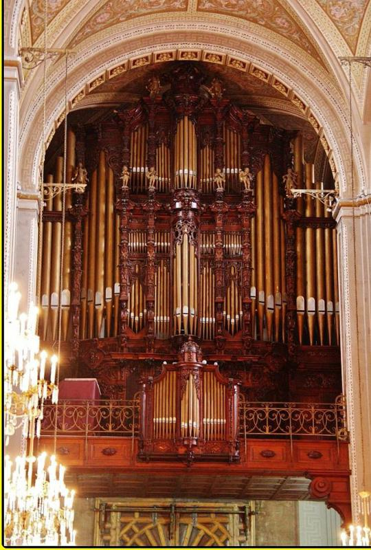 Baroque organs are large pipe organs that were often integrated into churches that were constructed during the Baroque era.