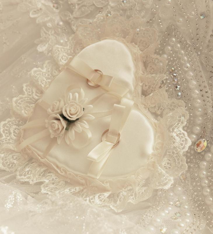 What Is Wedding Garter: What Is A Wedding Garter? (with Pictures