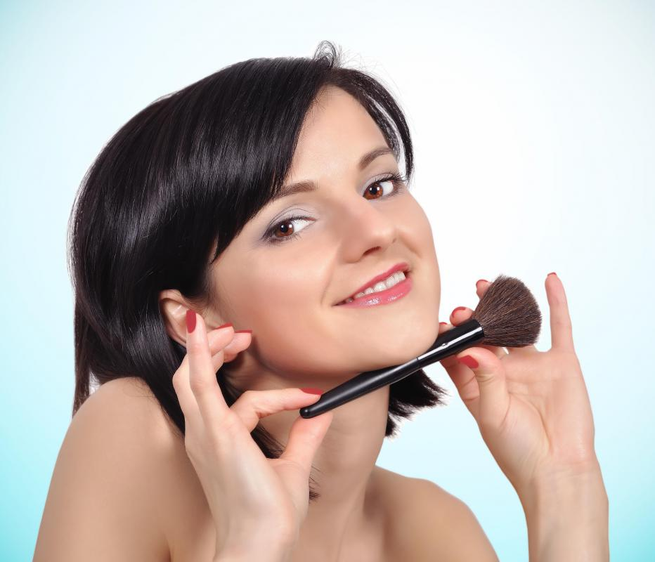 A person's skin type and tone should be considered when choosing face powder.