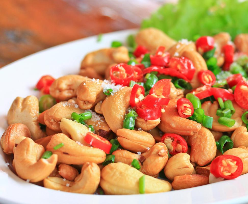 Roasted cashew nuts can be eaten as part of a salad.