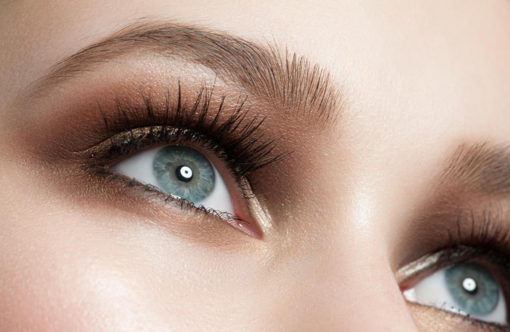 Some glitter eyeshadows and eyeliners impart a subtle pearlescent effect.