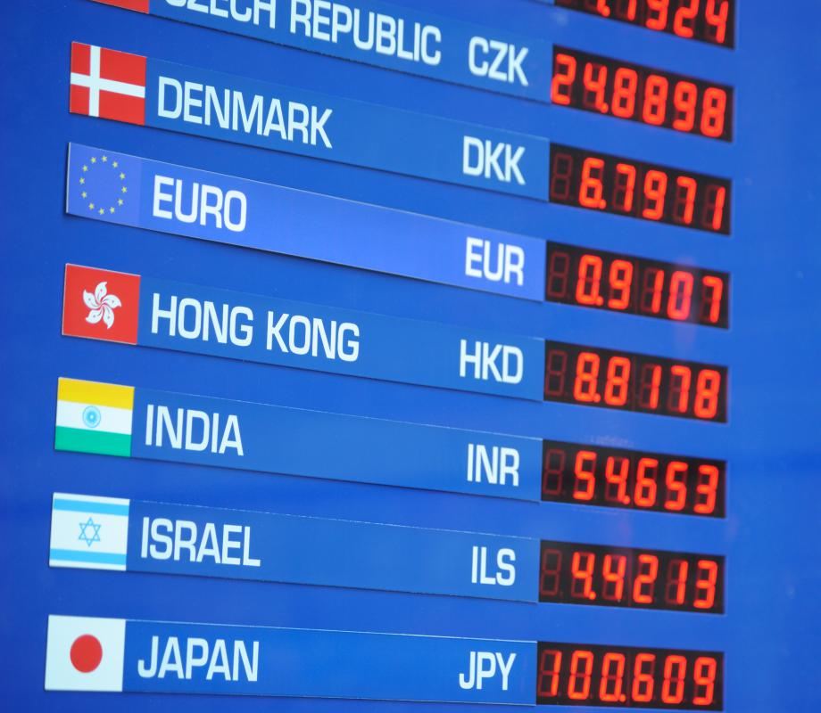 With A Fixed Exchange Rate Weaker Currency Will Attach Its Value To One Specific Foreign Usually The Us Dollar Or Euro
