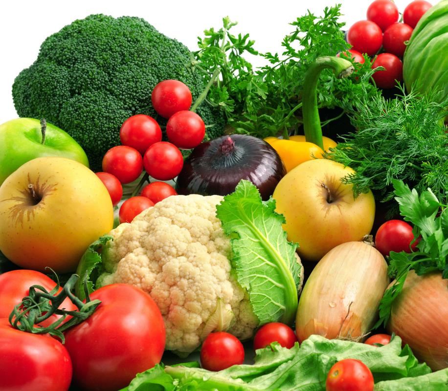 A diet rich in nutritious, high-fiber vegetables and fruits can help a person lose fat.
