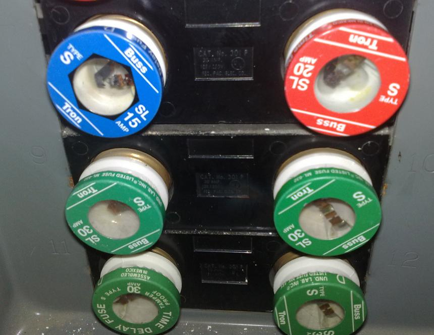 fuses in a fusebox what is the difference between a fuse and a circuit breaker? fuse box vs circuit breaker at gsmportal.co