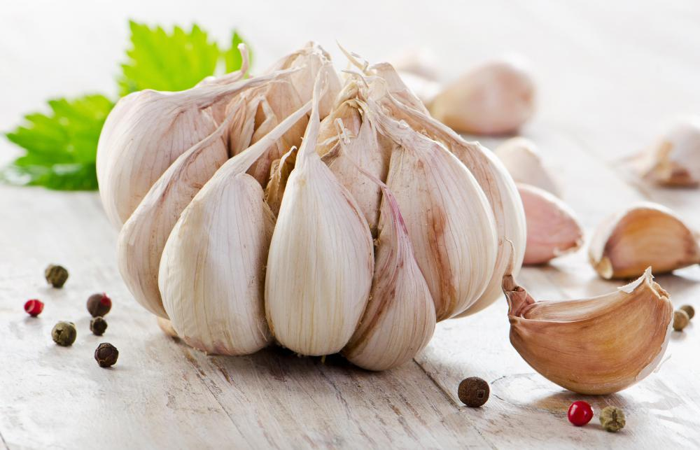 Castor oil and garlic may be combined as a home remedy for warts.