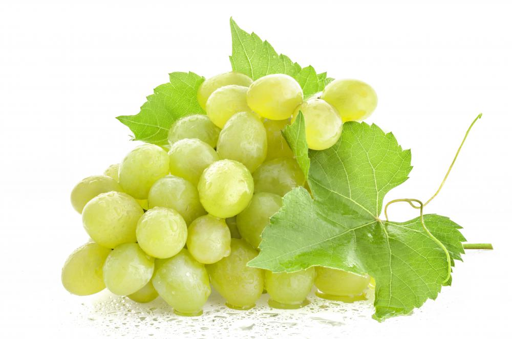 Grapes and other fruits are options for a low-fat lunch.