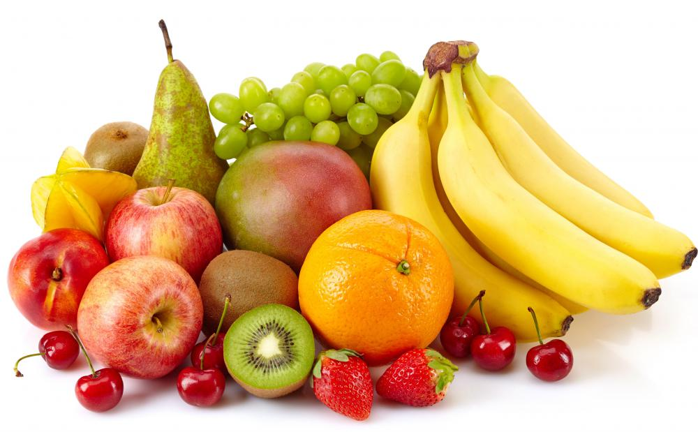 The amount of potassium in a fruit- and vegetable-rich diet is not dangerous for pateints taking lisinopril.