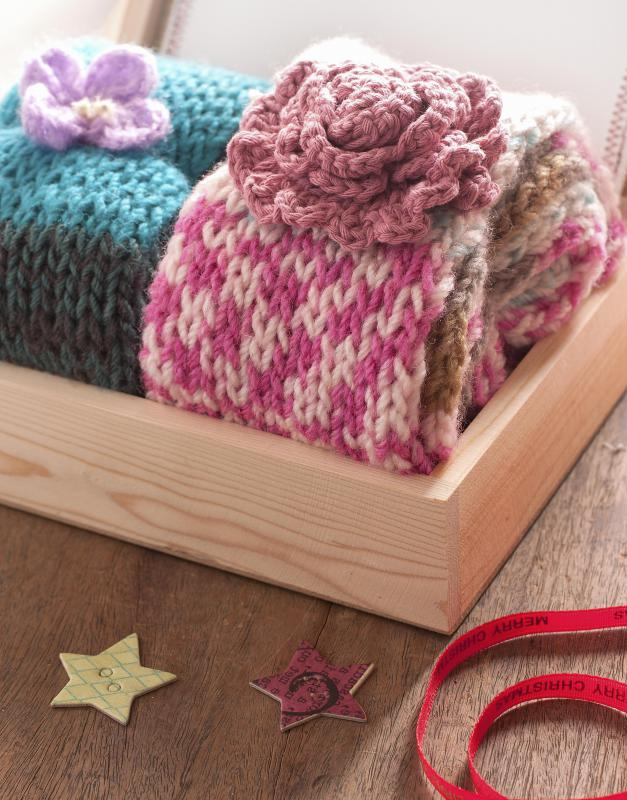Simple knitting projects for beginners should have a consistent stitch pattern that provides more leeway for mistakes.