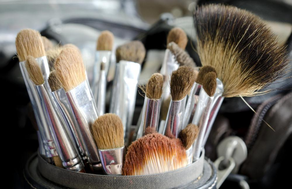 Makeup brushes come in a variety of sizes.