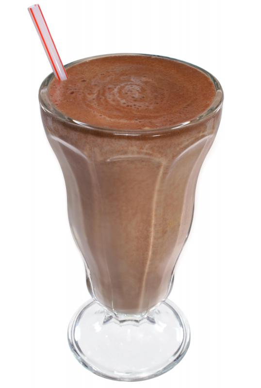 Skim milk, powdered cocoa, and protein powder can be blended together for a slimming shake.