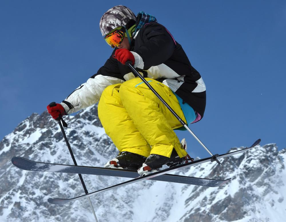 Ski goggles are recommended to allow for maximum peripheral vision.