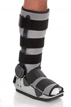 Air cast boots are made made in standard shoes sizes so that they fit a patient correctly.
