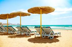 Utilizing sun umbrellas on a sunny day at the beach may help individuals avoid a doxycycline rash.