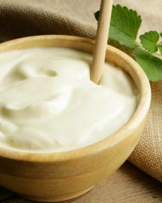 Horseradish powder can be combined with sour cream to make a hot dipping sauce.