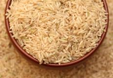 Brown rice is a healthier alternative to white rice when making nasi liwet.