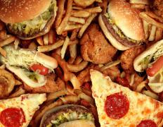 Fatty foods that are likely to cause fat deposits to form on the liver include fast food items like pizza, french fries, hamburgers and fried chicken.
