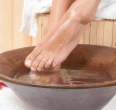 With a detox foot spa, the feet are placed into a container filled with heated water.
