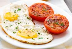 Eggs and tomatoes may be included in the cottage cheese diet.