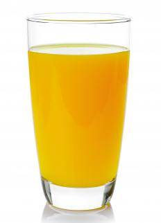 With an electric juicer, it's easy to produce a glass of orange juice.