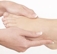 A calcium alginate dressing can be used to promote the healing of diabetic foot ulcers.