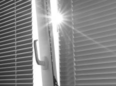 Privacy mini-blinds have slats that close to lie down on one another, thus avoiding gaps.