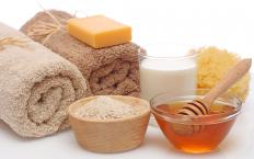 A warm oatmeal bath may help ease the itchiness and irritation of a doxycycline rash.