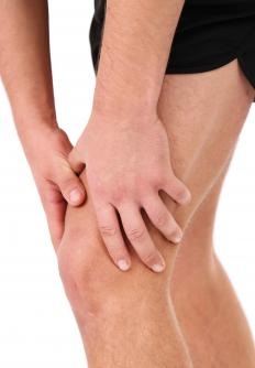 Oligoarthritis may occur in the knees.