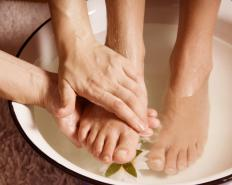 Soaking the feet in warm water may help relieve pain and swelling associated with pus in a toe.