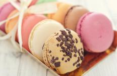 Traditional French macaroons are made with almond extract.