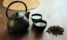 Drinking hot tea may help alleviate discomfort associated with heavy legs.