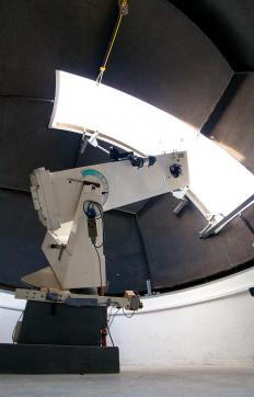 A computerized telescope is controlled and guided by a computer.