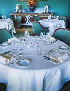 Many hotels have full-fledged restaurants that serve formal meals.
