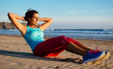 Crunches and lunges can be combined to create a cardio strength training exercise.