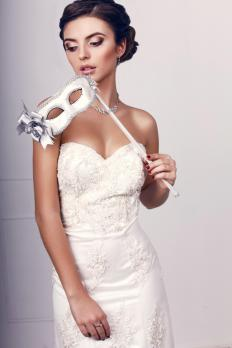 Formal gowns and party dresses may have the sweetheart neckline.