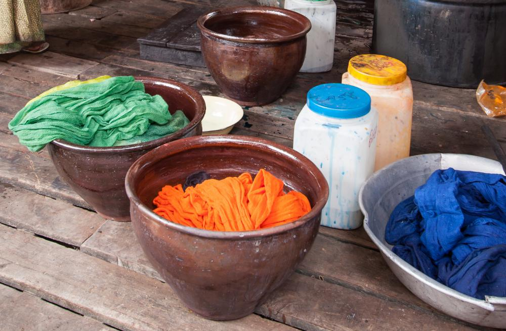 Choose complimentary colors when tie dying.