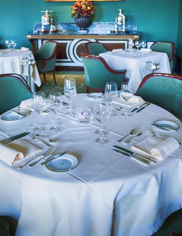 When setting a formal table, it's best to use white linen tablecloths and napkins.