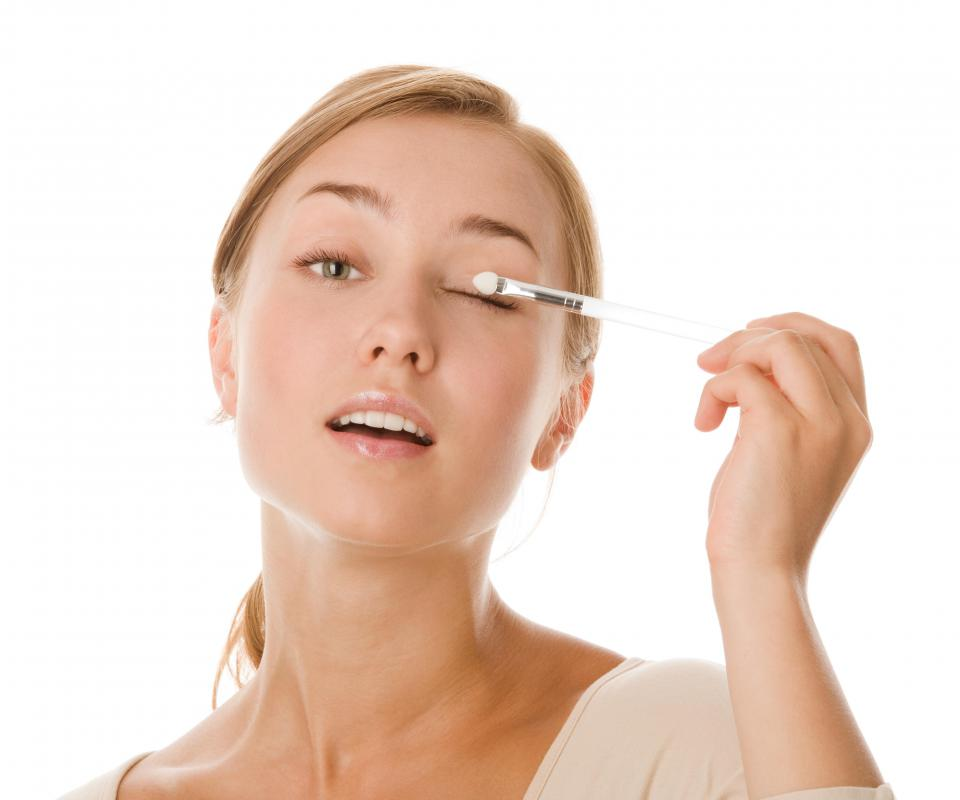 Eye shadow brushes are used to apply powder to the eyelids.