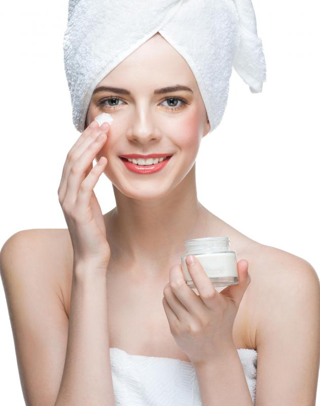 Many oil-free facial moisturizers also contain sunscreen to protect the skin from further sun damage.