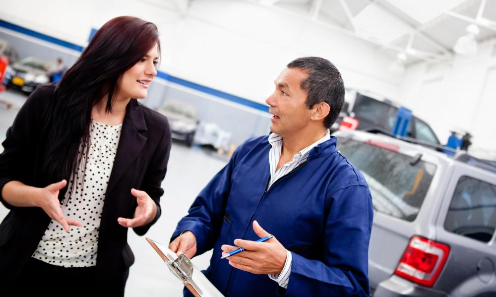 A service advisor is responsible for providing a mechanic with a description of a vehicle's problems.