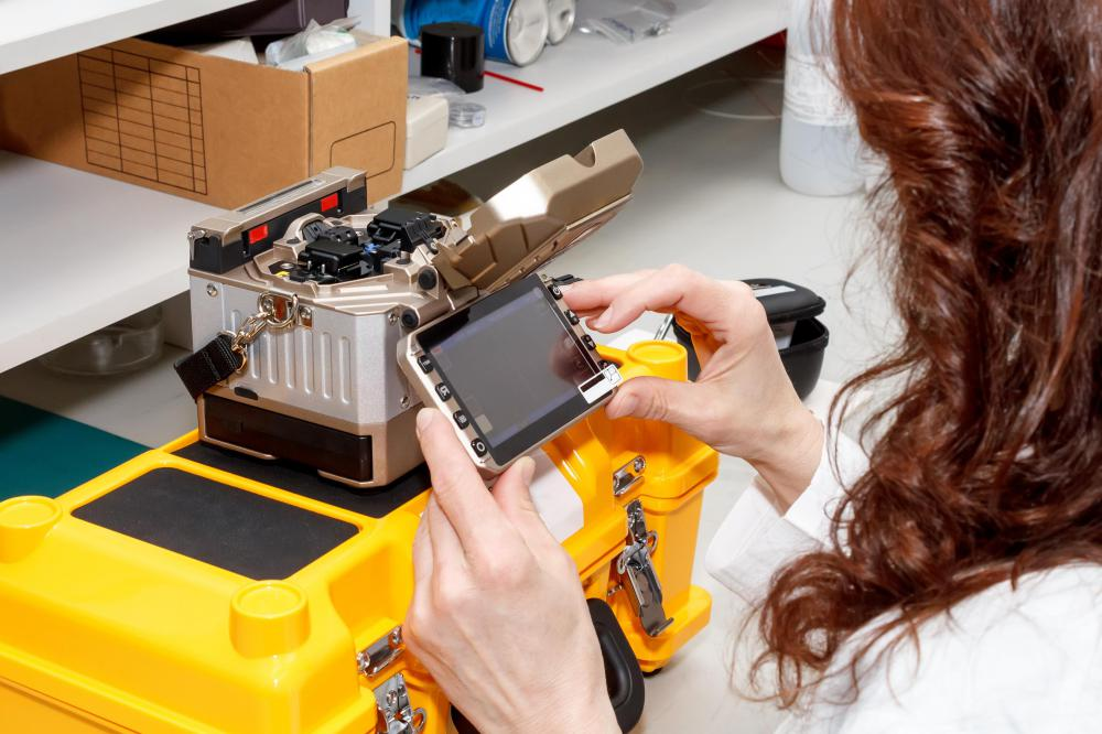 What does a Fiber Splicer do? (with picture)