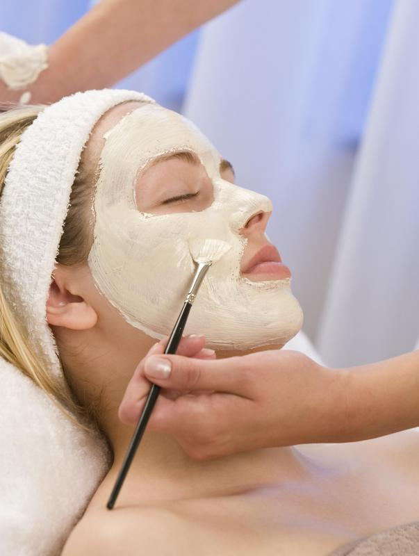 Clay face masks can be applied to help tighten skin and reduce the size of pores.
